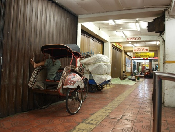 Empty Malioboro : Becak driver decided to sleep