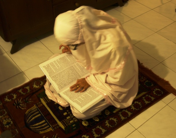 Wanita Indonesia Reading Quran